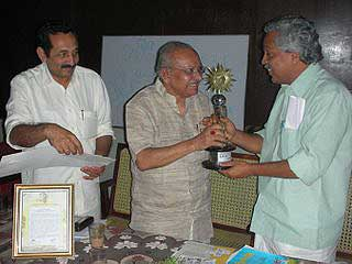 Honorable Forest Minister of Kerala Shri Binoy Biswam presenting the Life Time Achievement Award to Yesudasan on December 16, 2008.