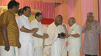 Cartoonist Thomas Felicitation at Paravoor, Kerala on September 2, 2007. Columnist TVR Shenoy and Cartoonist Sudheernath and Monayi next to Yesudasan.