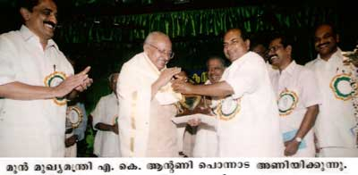 Kerala Chief Minister Shri AK Antony presents the PL Francis Memorial Award to Yesudasan on August 06, 2004 at Olloor.