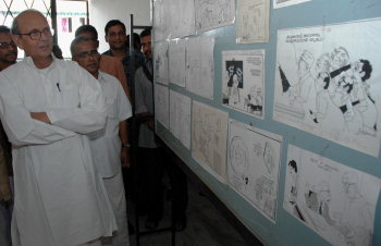 Former Prime Minister, V. P. Singh, at the EMS Memorial Town Hall, in Kochi on May 21, 2005, where an exhibition of cartoons of Yesudasan is on, as part of the 50th year celebrations of the Cartoonist's career. (Photo: H Vibhu, The Hindu.